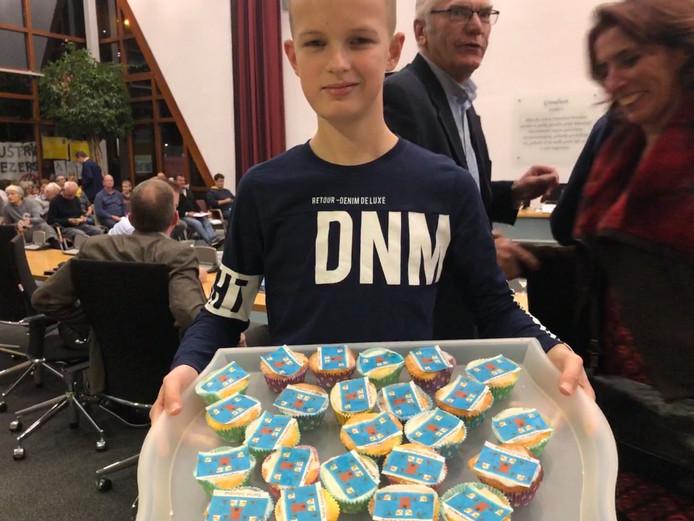 Ruben Becks uit Arnemuiden deelt cupcakes uit aan de gemeenteraad van Middelburg met de boodschap: Red het Julianabad.