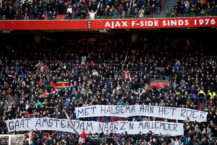 Spandoek Ajaxsupporters, verwijzend naar politieoptreden.