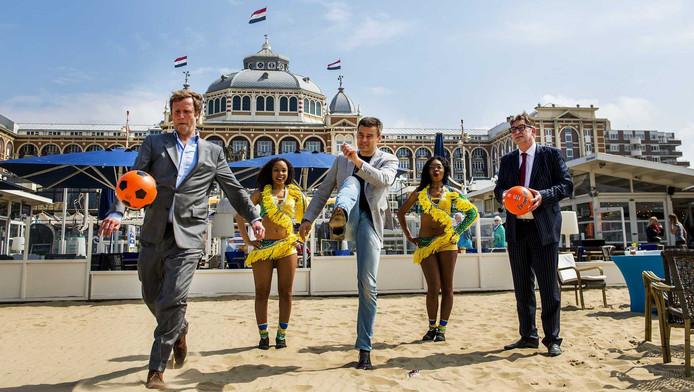 Wilfred Genee (M), directeur Citymarketing gemeente Den Haag Ernst van den Berg (R) en Heino Walbroek van Stichting Marketing Scheveningen in het gezelschap van Braziliaanse danseressen tijdens de aftrap van de voetbalzomer