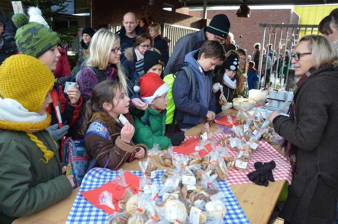 De leerlingen van Staakte kopen gretig koekjes voor het goede doel.