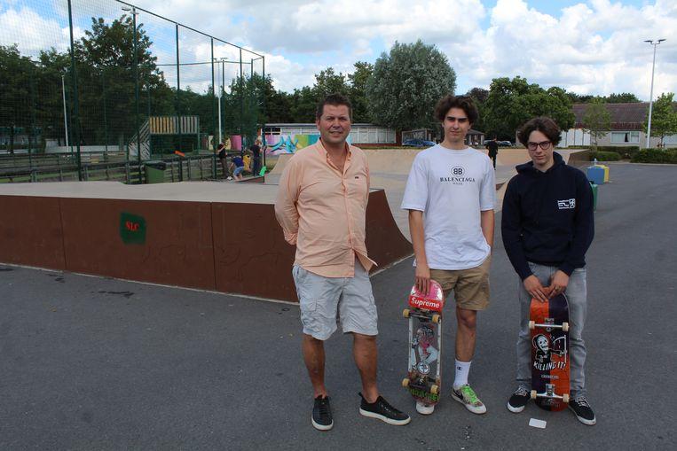 Hein Defrenne met Ian Remy en Maxim Vanhauwaert, die instaan voor de skate contest.