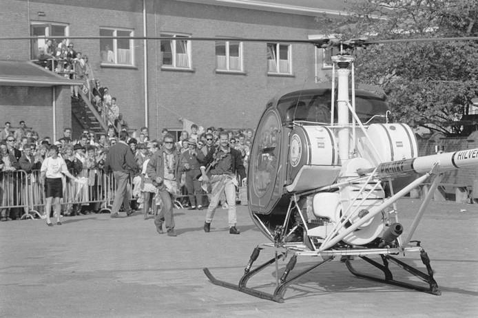 In 1989 worden twee docenten opgehaald door een helikopter. Leerlingen zwaaien hen uit. Wie weet welke docenten dit zijn en welke school? Vanwaar de helikopter?