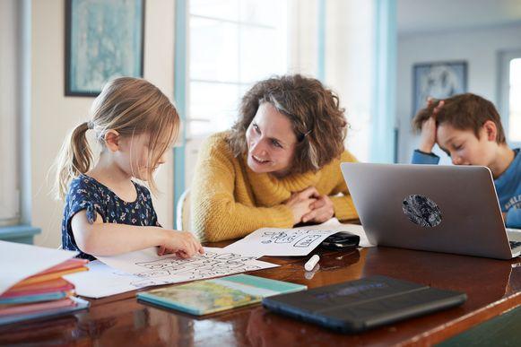 """Ouders moeten zich niet alleen ontfermen over de opvoeding. Ze moeten óók telewerken én preteachen én tussendoor tijd zien te vinden voor wat me-time. """"Sommige ouders kreunen onder de druk om al die ballen in de lucht te houden."""""""
