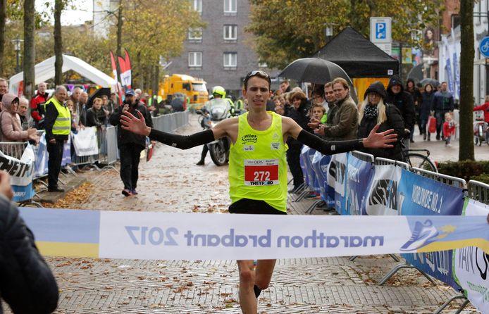 Etten-Leur : zondag 29 oktober 2017    Marathon Brabant       foto : Gerard van Offeren Roel Wijmenga wint de marathon