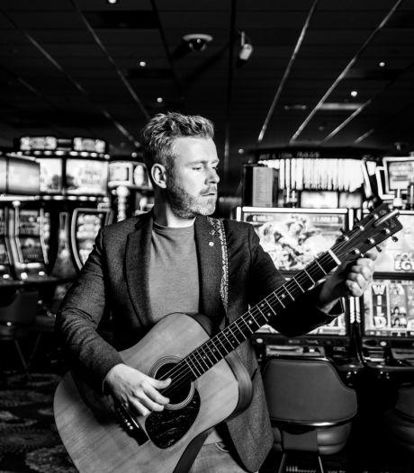 Terwijl andere muzikanten op een houtje bijten, heeft zanger-gitarist Struijlaart een volle agenda