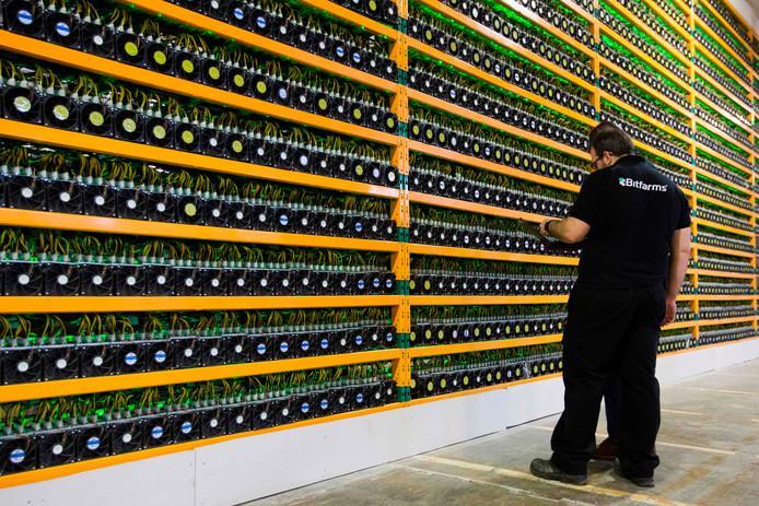 Foto ter illustratie: een bitcoin mining fabriek in Canada.