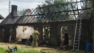 101 jaar oude schuur uitgebrand, maar geen schade aan huis ernaast dat te koop staat