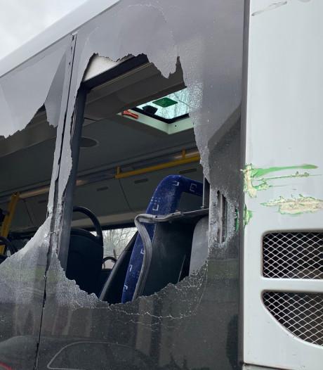 Breed Defensievoertuig raakt bus langs N65, twee ruiten en spiegel gesneuveld