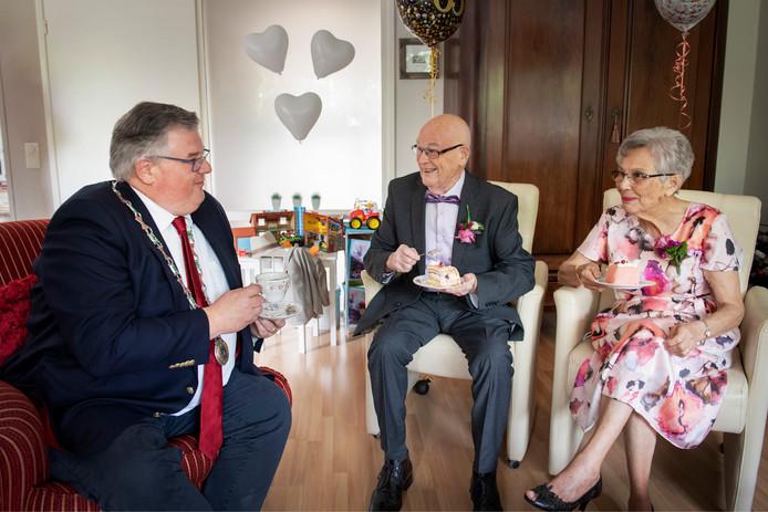 Meneer en mevrouw van de Kamp krijgen bezoek van de burgemeester.