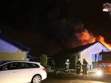 Schuur in Uden in lichterlaaie, vlammen sloegen tijdelijk uit het dak