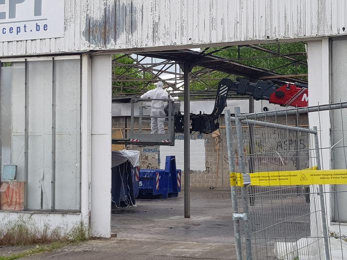 Een gespecialiseerde firma haalt in Dworp het asbest weg uit de Mobikit-gebouwen voor de echte sloop kan starten.
