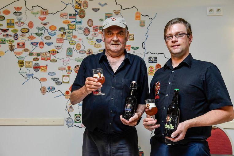 Marc Verberckmoes en Dimitri Verbraekel van brouwerij 't Kroontje met de twee nieuwe biertjes.
