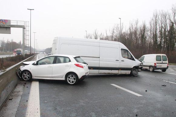 Enkele auto's gingen aan het slippen op de E17 ter hoogte van Zwevegem in de richting van Frankrijk.