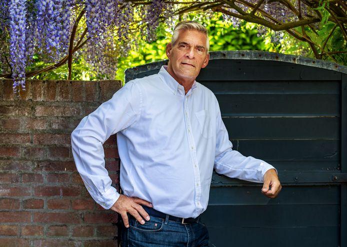 DOORN-Burgemeester Frits Naafs van Utrechtse Heuvelrug in de tuin van zij nieuwe huis.