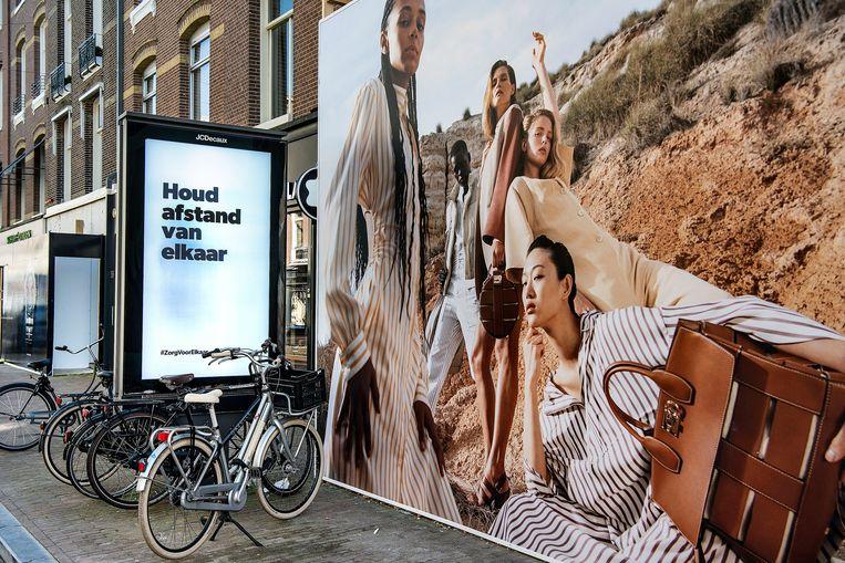 Ook de duurste winkelstraat van Nederland is gesloten, de P.C.Hoofstraat.  Beeld Guus Dubbelman / de Volkskrant