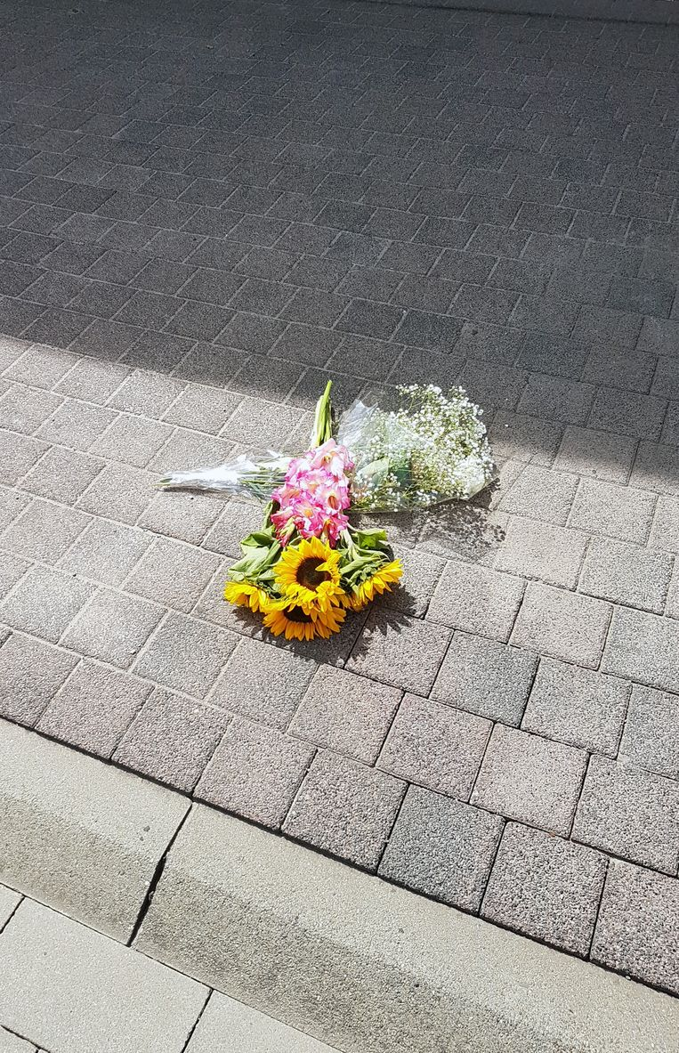 Bloemen op de plek van het ongeval.