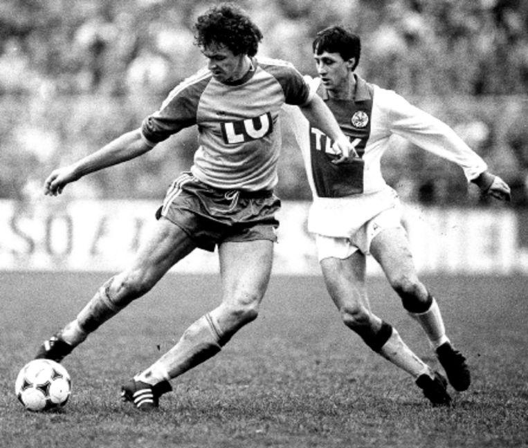 In de jaren Â¿80 speelde Fortuna voor het eerst in de eredivisie. Hier duelleert Smeets met ajacied Cruijff. (FOTO ANP) Beeld