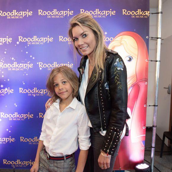 Ex- Miss Belgian Beauty Céline Du Caju poseert op de rode loper met zoon Mathis.