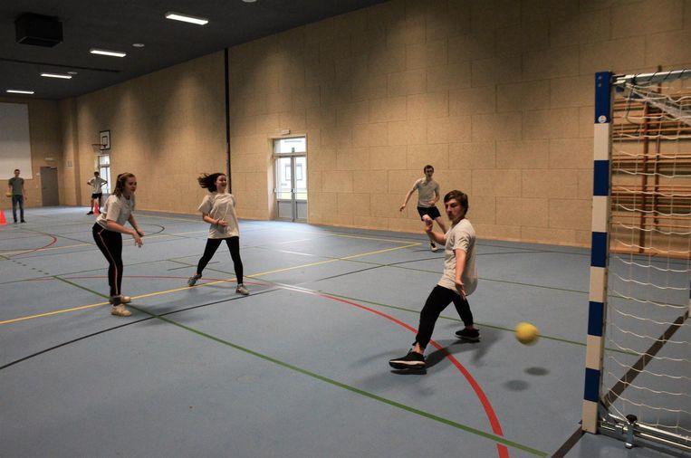 De leerlingen van Sint-Vincentius in actie in hun vernieuwde sportzaal.