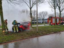 Auto brandt volledig uit na botsing tegen boom in Amersfoort