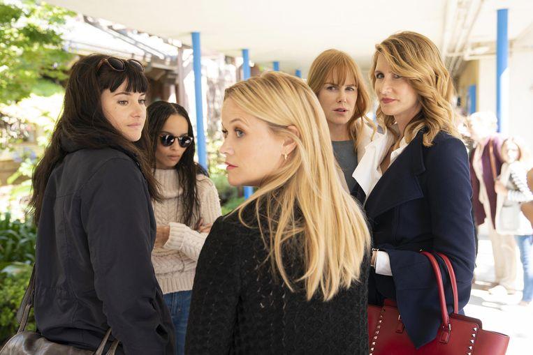 De vijf vrouwen in Big Little Lies houden elkaar de hand boven het hoofd. Beeld -