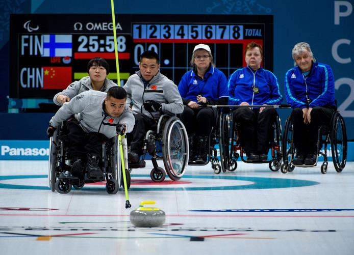 De Chinese curler Haitao Wang duwt een steen richting het huis.