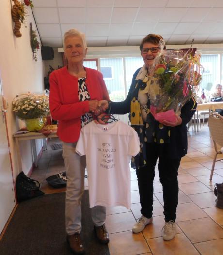 Vrouwenvereniging Mariaparochie huldigt 87-jarige Sien