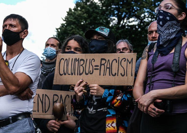 Een groep protestanten in Columbus Circle in New York eist verwijdering van het standbeeld aldaar. Beeld Getty Images