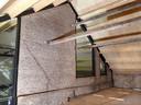 Verbouwing Koetshuis bij de Molenstraat begin 2019. Het nieuwe dak zit erop, de oude muur met scheuren blijft staan in wat de kleedruimte van de winkel gaat worden. Foto Alfred de Bruin