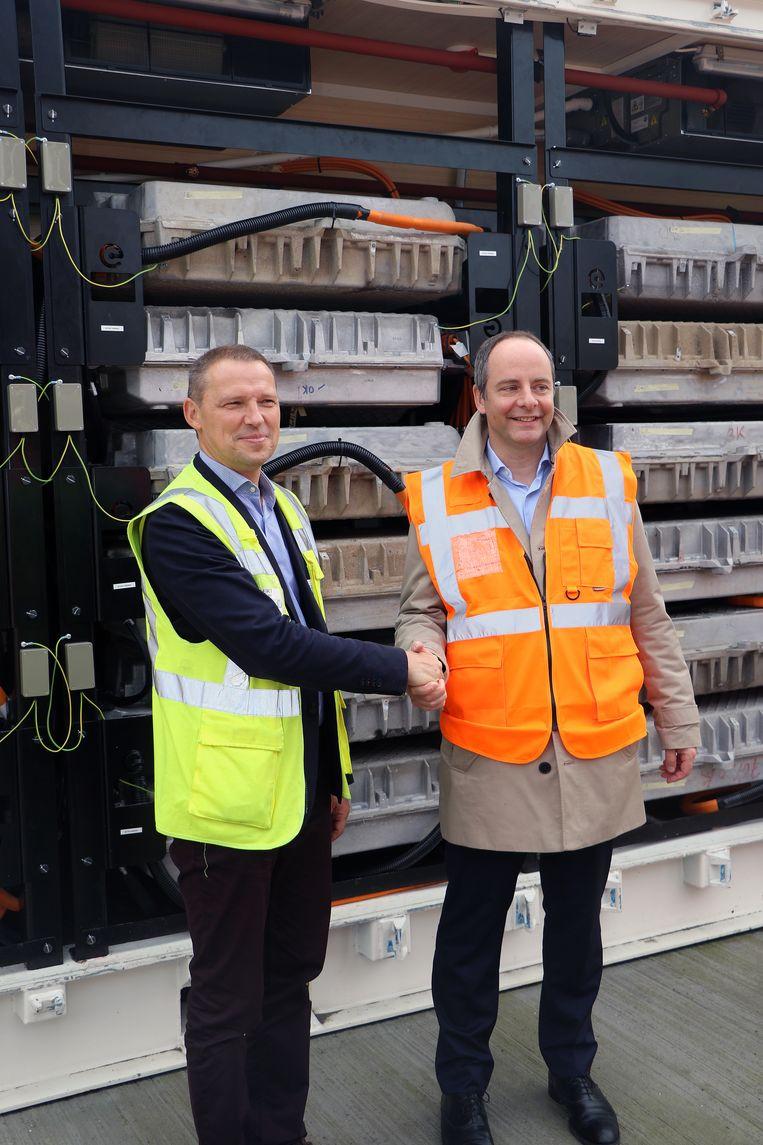 Geert Defieuw en Cedric Osterrieth, CEO van Engie Generation Europe, bij het batterijsysteem.