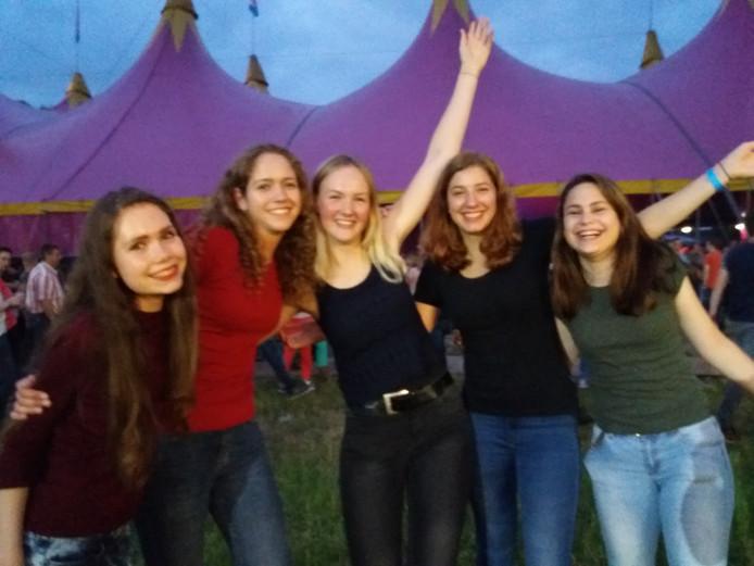 Rozemarijn, Milou, Mirthe, Pien en Anouk gaan voor meer dan alleen Kensington en vieren een feestje bij elke 'weide'.