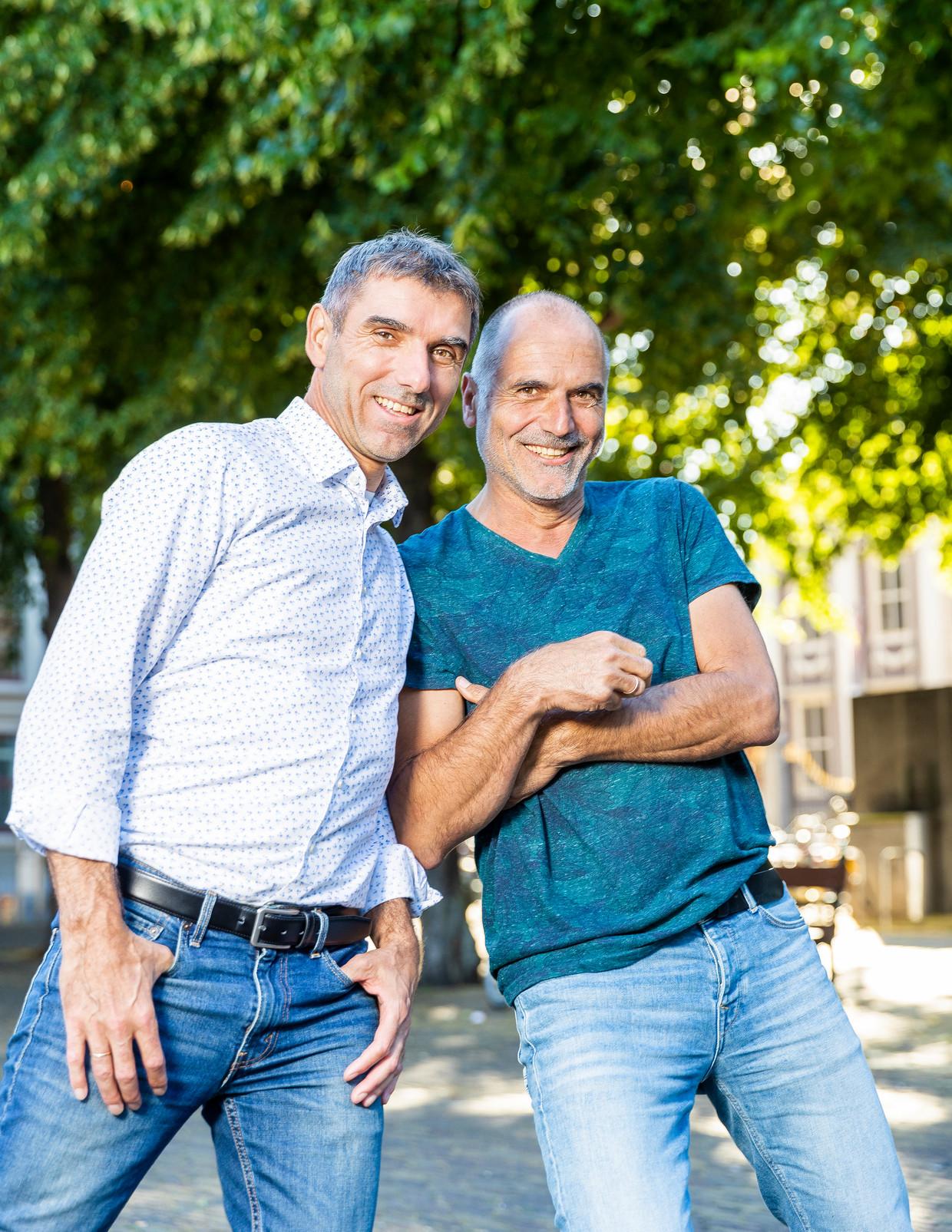 De broers Paul (links) en Leo Blokhuis, domineeszoons. Paul: 'In de journalistiek en de politiek probeer je met een verhaal mensen enthousiast te krijgen.' Leo: 'En dat hebben we van onze vader.'