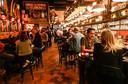 In Bar des Amis, hotspot van veel Vlaamse Brusselaars, worden de regels keurig nageleefd.