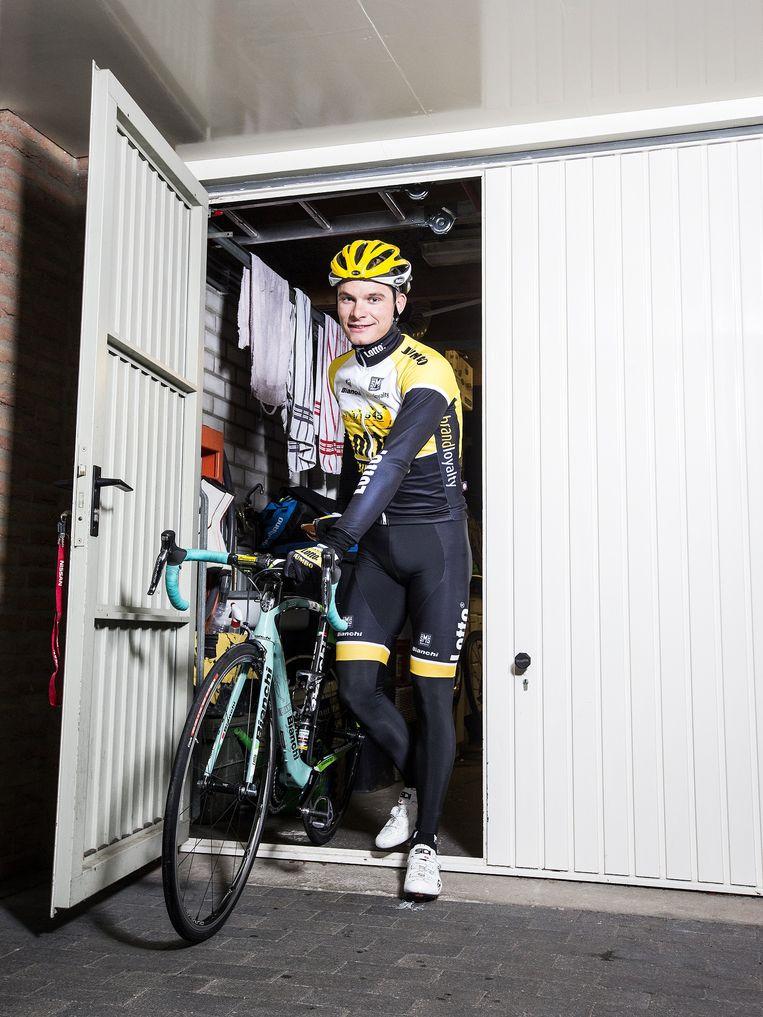 Moreno Hofland haalt zijn fiets uit de garage om een rondje te gaan fietsen Beeld Jiri Buller