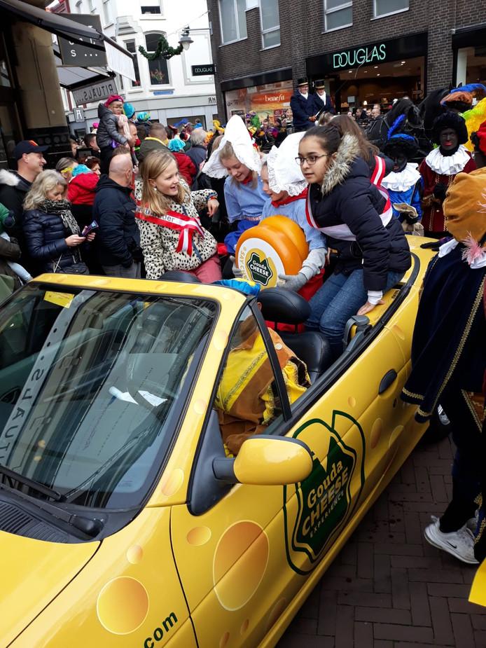 Intocht Sinterklaas in Gouda was met kaasmeisjes en jongens en kinderwethouders