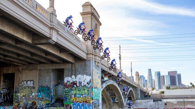 Motorcrosser springt van 14 meter hoge brug in LA