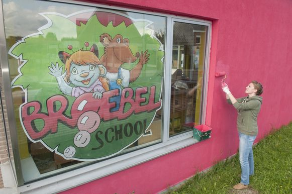 Tessa geeft de voorgevel een fel kleurtje. Ze verhuisde speciaal vanuit een andere school om in de BroeBEL-school les te geven.