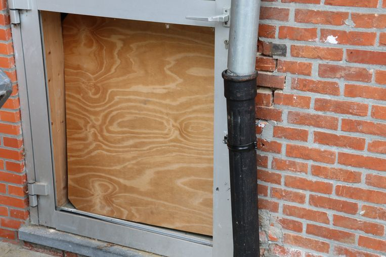 Aan deze deur werd recent het glas vernield.
