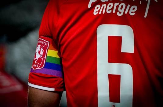 Voetballers in de eredivisie dragen de regenboogband om zich uit te spreken voor homoseksualiteit in de voetballerij.