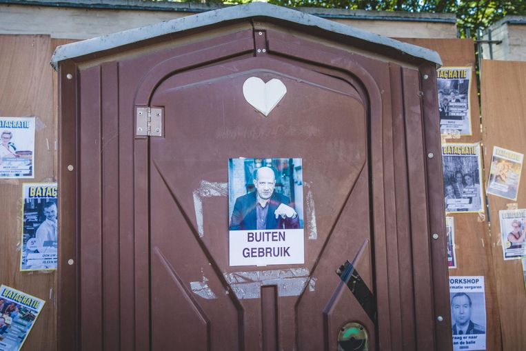 Voormalig schepen Tom Balthazar op de deur van een defect toilet.