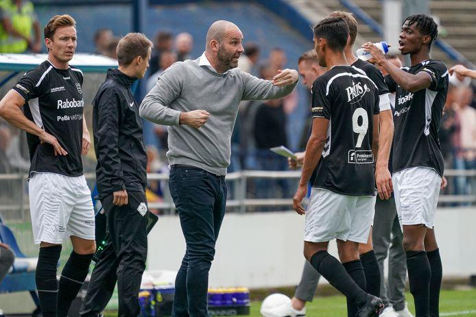 GVVV-trainer Jochem Twisker roept zijn spelers bij elkaar om één en ander uit te leggen.