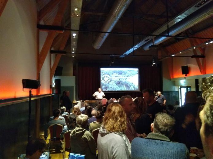 Een volle zaal in Dreumel, waar bezorgde bewoners door het burgercollectief Dreumelse Waard worden bijgepraat over de verondieping van de Vonkerplas.