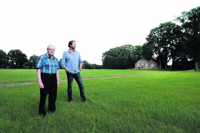 Joep van der Pluijm (links) met collega-amateurhistoricus Godfried Nijs afgelopen zomer in Lievelde. Foto Jan van den Brink