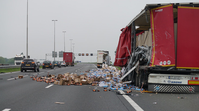 Dinsdagochtend werden twee rijstroken afgesloten op de A1 bij Bathmen nadat een vrachtwagen dinsdagochtend een deel van de lading verloor.