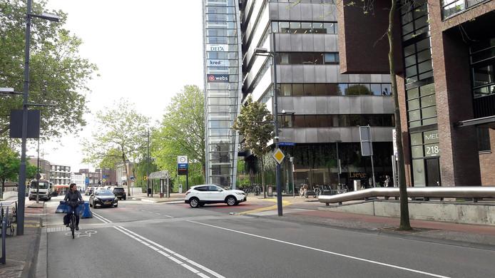 De Vestdijk in Eindhoven op een archieffoto, met rechts wooncomplex Medina. De appartementen van Mignot en De Block liggen aan de linkerkant.