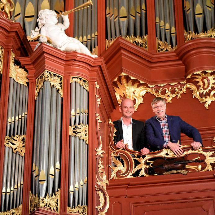 Wilbert van Vliet (links) en Ad van Pelt boven bij het Bätz-orgel. De restauratie die in september begint, moet het instrument in originele staat terugbrengen.