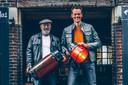 Proeflokaal01-eigenaar Frank Hurkens (links) en industrieel productontwerper Arjan Bisperink met een exemplaar van de Borculose bierfustlamp. Hurkens: ,,Op deze manier zijn we duurzaam bezig en houden we er ook nog iets aan over. En dat is nu helemaal welkom.''