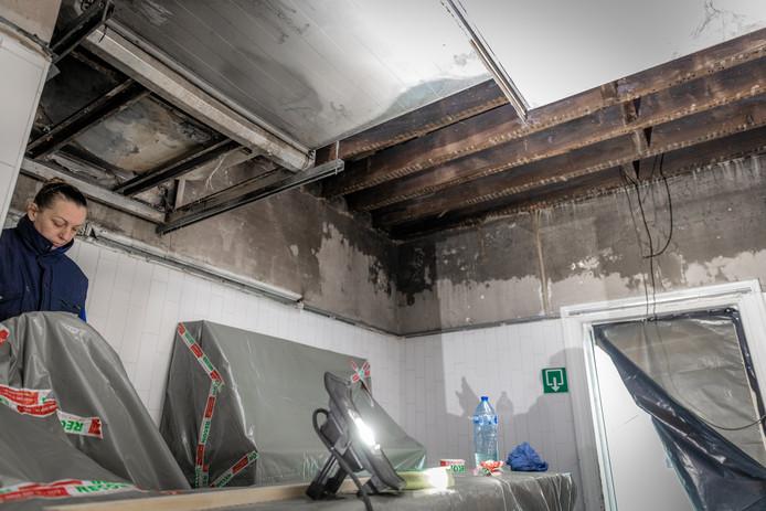 In de ruimte achter de keuken is de schade duidelijk groter dan in de keuken zelf.