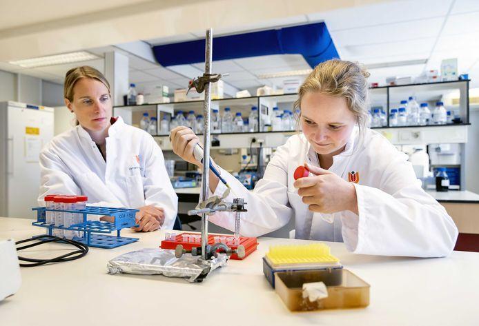 Amsterdamse onderzoekers werken aan een coronavaccin in het labaratorium van het Amsterdam Medisch Centrum.