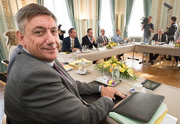 Toekomstig Vlaams minister-president Jan Jambon tijdens de onderhandelingen over de nieuwe Vlaamse regering.
